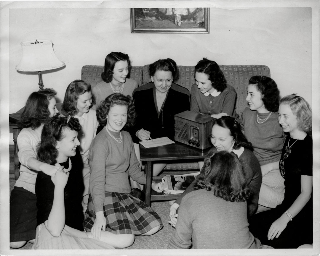 Harriet Elliott, center, with students, 1940.